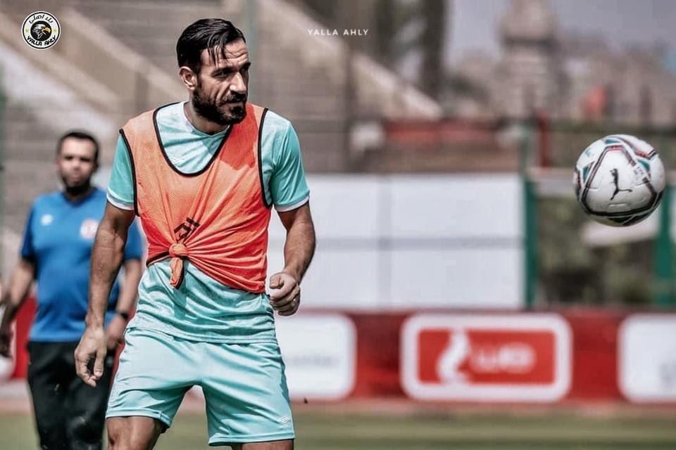 المدافع الدولي التونسي للاهلي المصري علي معلول يبدأ في العدو حول الملعب